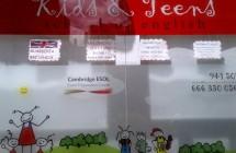 Impresión digital sobre vinilo y colocación – Escaparate Kids & Teens